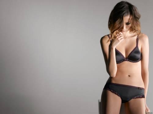 Фото девушек - Девушка в черном сексуальном лифчике, в бикини