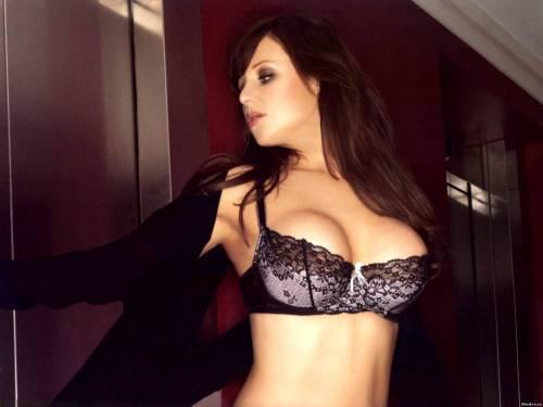 Фото девушек - Abi Titmuss с большой грудью в черном лифчике
