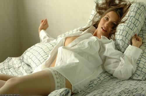 Фото девушек - В красивом белом белье, в чулках