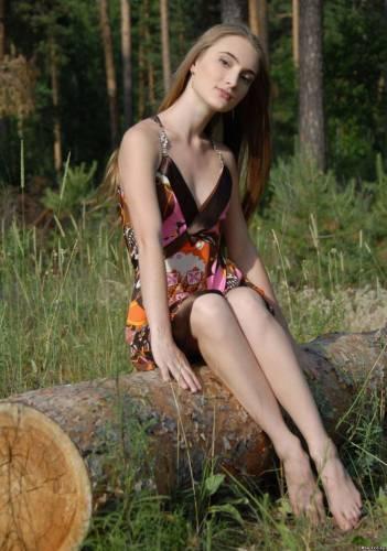 Фото девушек - Симпатичная блондинка в коротком платье