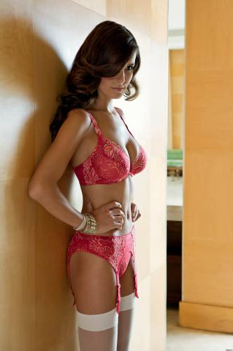 Фото девушек - Модель в красивом красном белье, в белых чулках