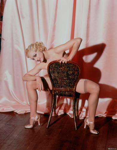 Фото девушек - Обнаженная Мадонна в чулках на подвязках