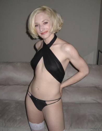 Фото девушек - Блондинка в голубом белье - в лифчике, в стрингах