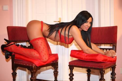 Фото девушек - В красном эротичном белье секси, в чулках