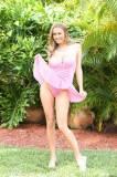 Девушка секси в розовом бюстье, в бикини