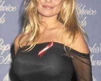 Блондинка в черном сексуальном платье