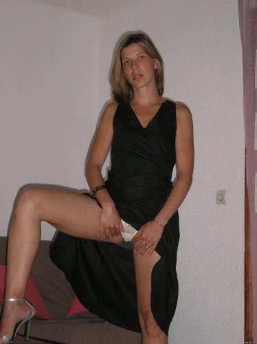 Фото девушек - Девушка в длинном платье, в трусиках