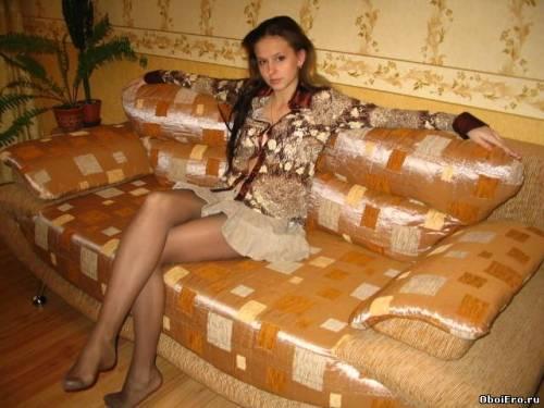 Фото девушек - Частное фото девушки в колготках на диване