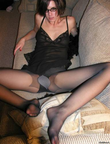 Фото девушек - Amateur photo girls pantyhose_red-toenails-milf-wife