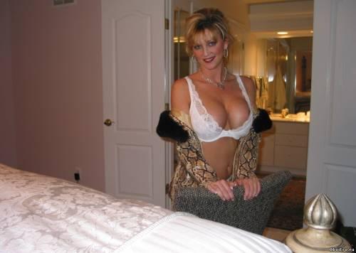 Фото девушек - Домашнее фото - грудь 7 размера в белом лифчике
