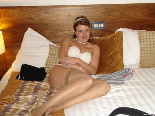 Фото девушек - Дома на кровати в чулках, в лифчике
