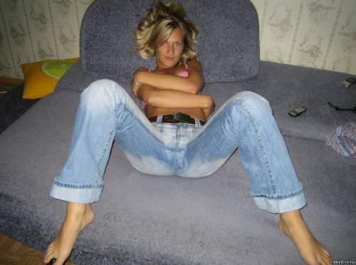 Фото девушек - Фото блондинки в джинсах на кровати