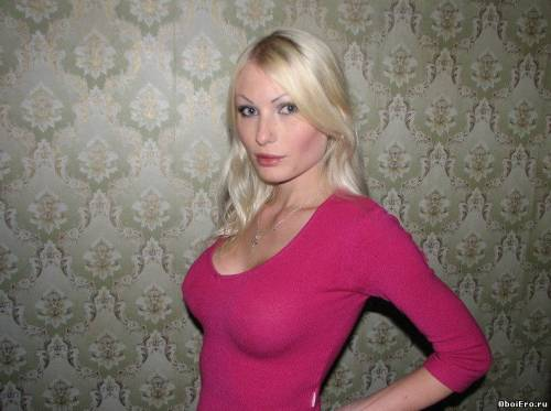 Фото девушек - Блондинка в без лифчика обтягивающей кофточке