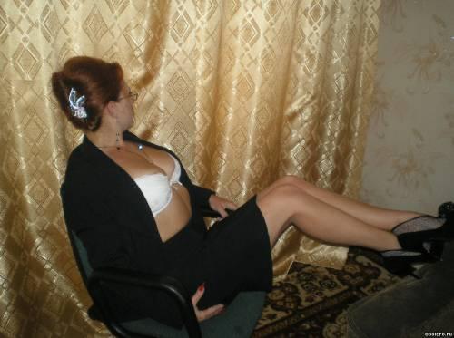 Фото девушек - Женщина показала свою грудь 2 размера в лифчике