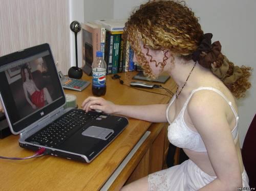 Фото девушек - В шелковом нижнем белье у компьютера