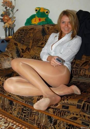 Фото девушек - Красивая девушка в нейлоновых колготках на диване