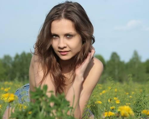 Фото девушек - Девушка в джинсовой юбке без лифчика