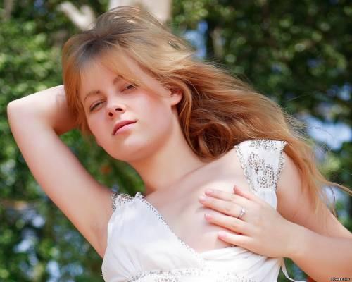 Фото девушек - Девушка в белом платье секси с вырезом