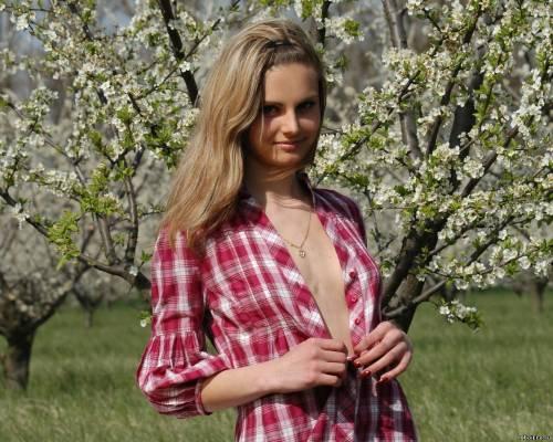 Фото девушек - Блондинка в полурасстегнутой рубашке без лифчика