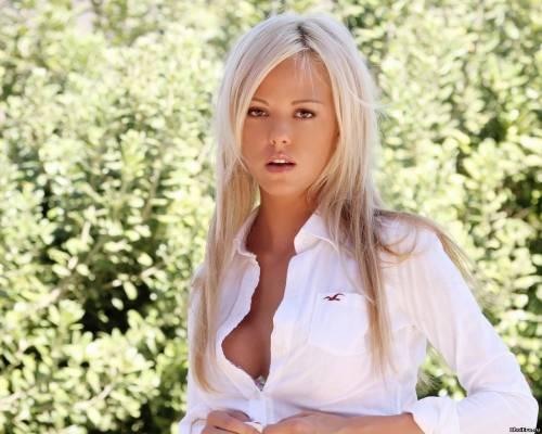 Фото девушек - Блондинка в белой кофточке с красивой грудью